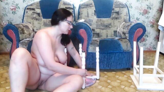 Домашнее любительское порно видео: Анал с табуреткой