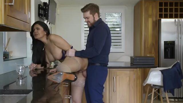 40 лет, соблазны замужней женщины (порно фильм с русским переводом)