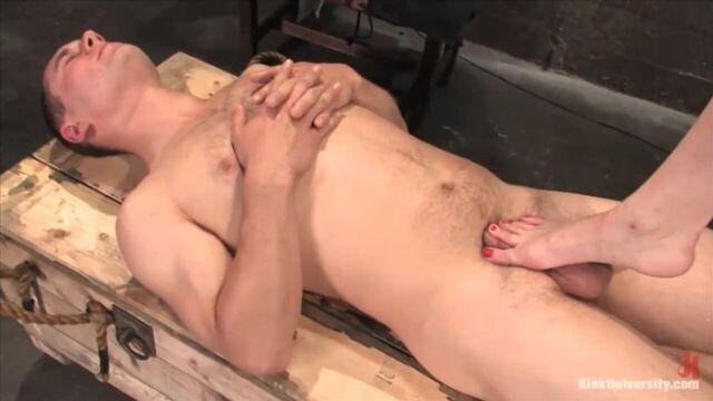 BDSM видео урок №1. Члено-яйцевая пытка (с русским переводом)