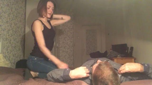 Русская девушка сама снимает домашнее любительское порно