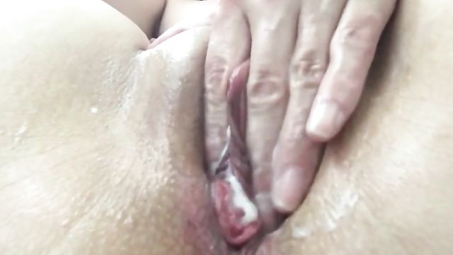 Соло, мастурбация: Люблю совать в киску поглубже...
