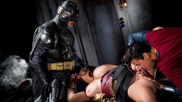 Бэтмен против Супермена XXX: порнопародия с русским переводом