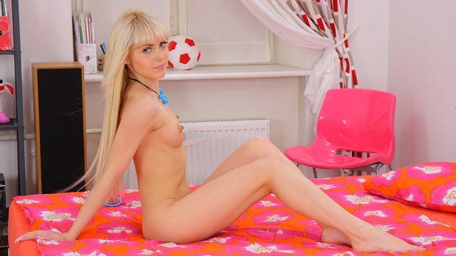 Первый анальный кастинг для 18-летней блондинки Virginee