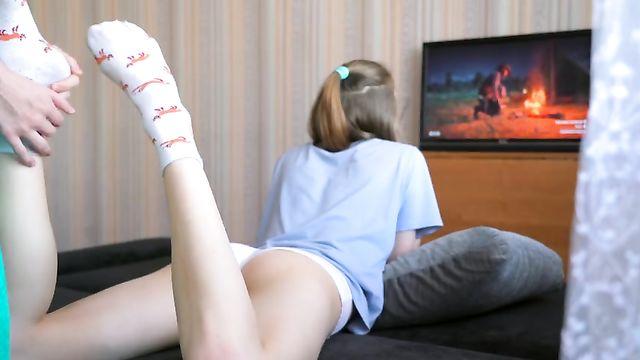 Русское порно: Вставил раком худышке, пока та играла Red Dead Redemption 2
