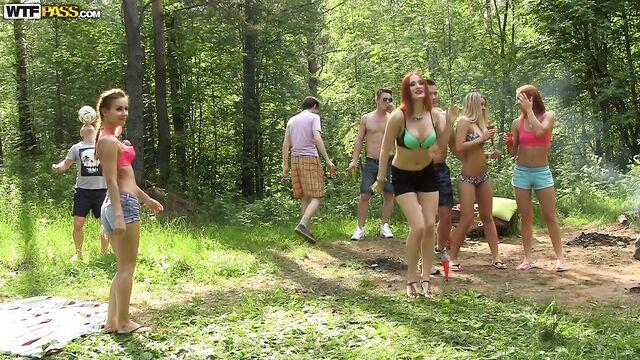Групповые анальные веселые секс приключения русских студентов в лесу