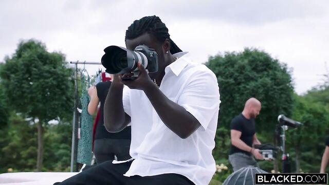 Темнокожий амбал в качестве фотографа трахнул худую клиентку