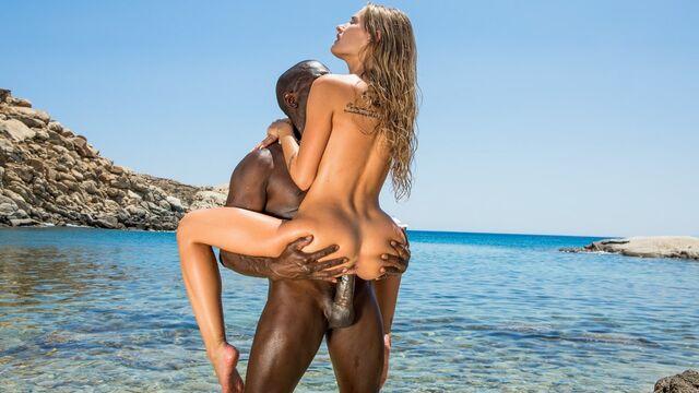 Худая блондинка отрывается на море с большим черным толстым членом