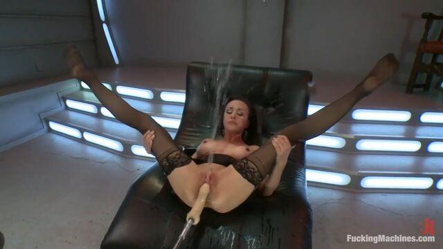 Самая чувствительная девушка мощно кончает от секс машин