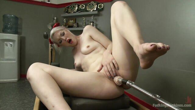 Элла Нова получила мощные оргазмы в студии Fuckingmachines