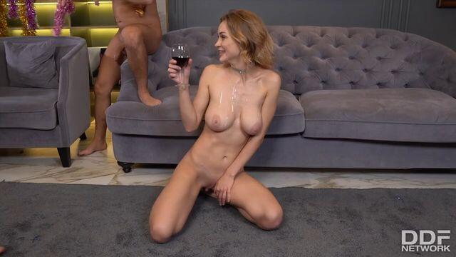 Новогоднее порно Loren Strawberry с двумя парнями
