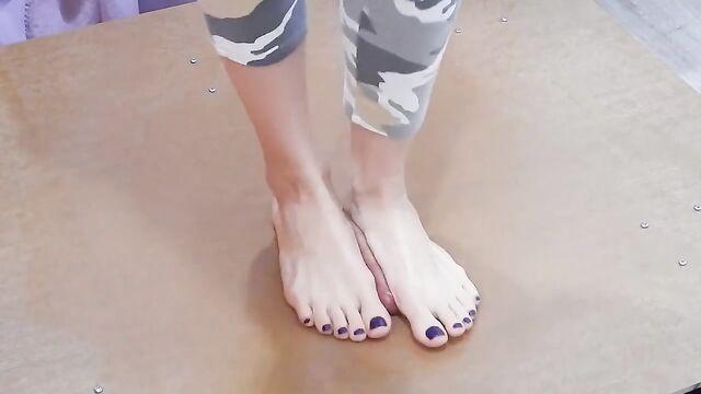 Красивые ножки топчутся по возбужденному члену до оргазма