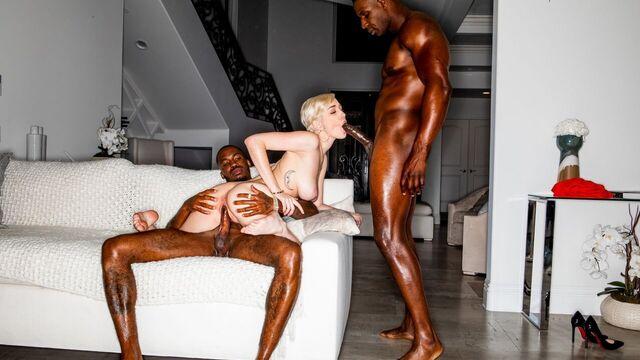 Межрасовое порно: Очаровательную блондинку оформили 2 больших члена