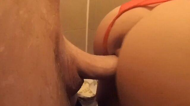 Быстрый секс стоя в общественном туалете кальянной