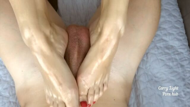 Фут-джоб порно в исполнении любящей жены и быстрый оргазм