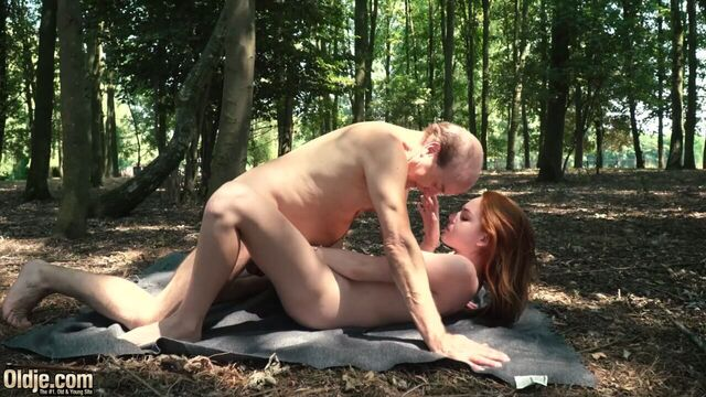Седой старик трахает в лесу на свежем воздухе молодуху