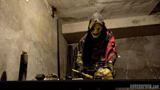 Психопат в маске пленил трех девушек на заброшенной фабрике