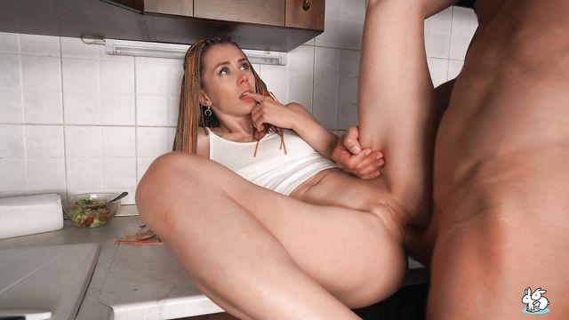 Домашнее порно: лысый трахает жену на кухонной столешнице