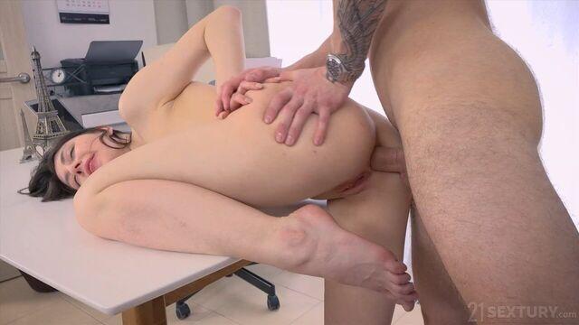 Джулия Мун в офисе не может и дня прожить без порно
