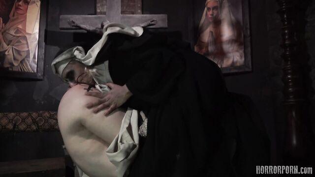 Порно ужасы: Проклятая монахиня в заброшенном монастыре