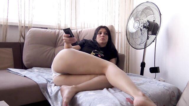 Домашнее соло: Кристина засунула в задницу банан