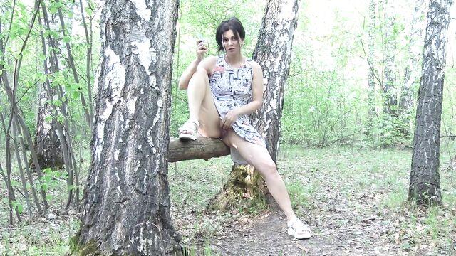 Русская красотка гуляет без трусиков в общественном парке