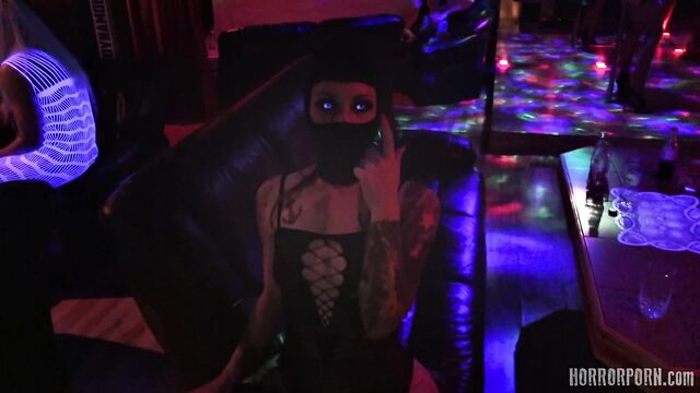 Дом фриков: красотка с двойной киской [порно ужасы]