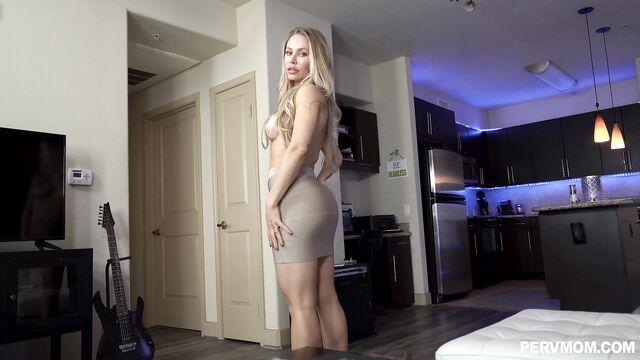 Страстная мачеха моей девушки — порно с русским переводом